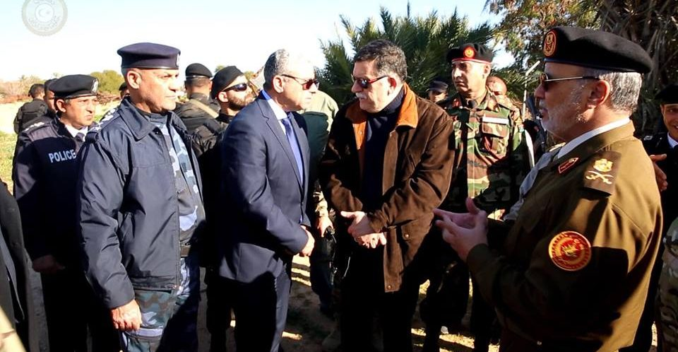 السراج ووزير داخليته يتجولون بمطار طرابلس الدولي ومنطقة قصر بن غشير بعد اشتباكات الأيام الماضية