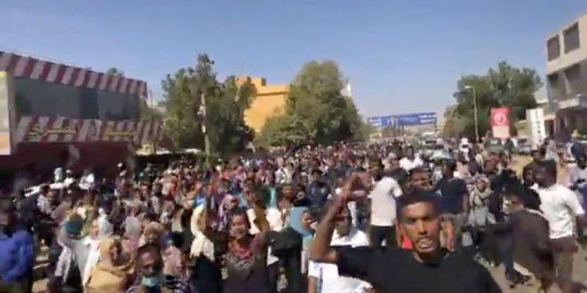 قوات الأمن السودانية تشتبك مع متظاهرين بثلاث مدن