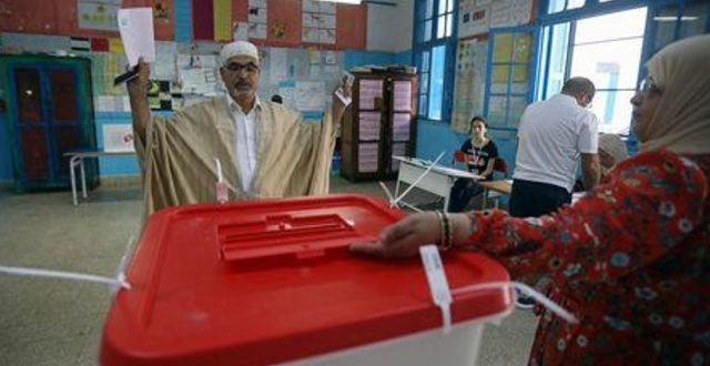 التونسيون يصوتون في انتخابات رئاسية تشهد منافسة محتدمة