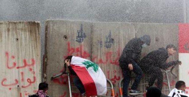 الحكومة اللبنانية الجديدة تفوز بثقة البرلمان رغم احتجاجات بيروت