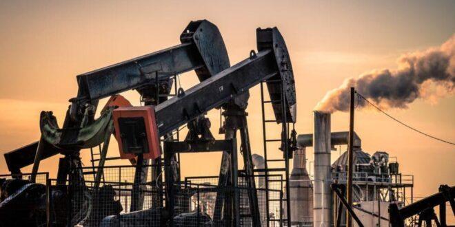 النفط يرتفع قرب 42 دولارا والأنظار تتجه لليبيا والمخزونات الأميركية