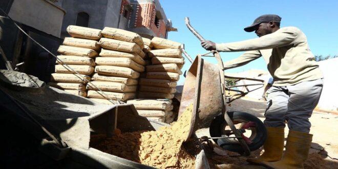 عمال ليبيا بين مطرقة الفصل التعسفي وسندان الرواتب المتأخرة