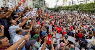 الشرطة التونسية تفصل بين المحتجين.. تظاهرة مؤيدة وأخرى معارضة لإجراءات سعيد